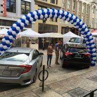 Large span exterior balloon arch for auto display